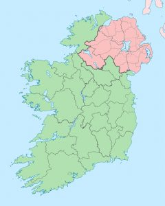La Repubblica d'Irlanda (in verde) e l'Irlanda del Nord (in rosa): la prima è Paese membro dell'Unione Europea, la seconda fa parte del Regno Unito e segue Inghilterra, Galles e Scozia fuori dall'UE