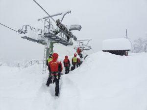 Zume Zeri: il Soccorso Alpino effettua esercitazioni sulla seggiovia per verificarne funzionamento e tenuta dopo l'abbondante nevicata