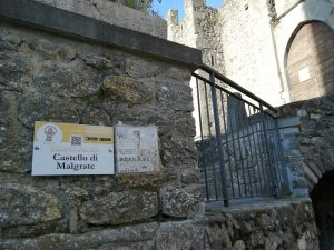 Il pannello informativo del castellodi Malgrate. Uno dei cinque presenti nel territorio comunale di Villafranca