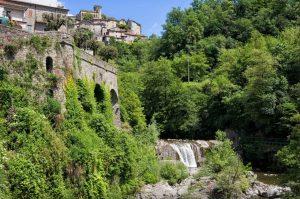 Il torrente di Bagnone e sullo sfondo il Castello
