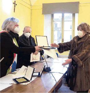 """La sindaca Lucia Baracchini consegna la Civica benemerenza ad Antonella Bonvicini presidente dell'onlus """"Cio nel cuore"""""""