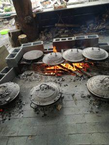 La cottura dei testi del testarolo. Uno dei prodotti simbolo di Slow Food Lunigiana