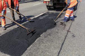 Operai al lavoro per la manutenzione delle strade