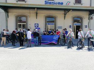 SIndaci, amministratori, onorevolòe i l'assessore regionale, di fronte alla stazione ferroviaria di Pontremoli