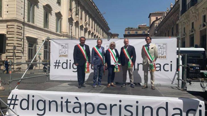 I sindaci in piazza in difesa della dignità del loro lavoro