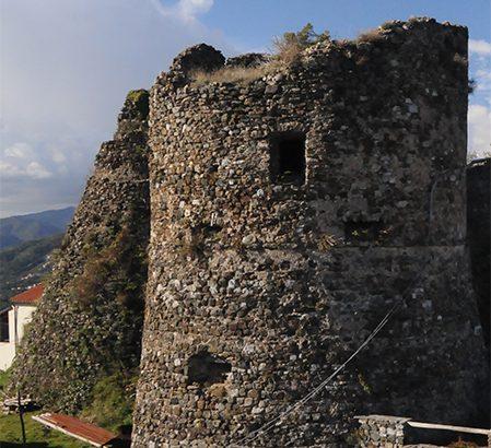 Tra le antiche pietre  dei castelli di Bibola, Burcione e Brina